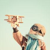 """Постер, картина, фотообои """"счастливый ребенок, играющий с игрушечным самолетом"""""""