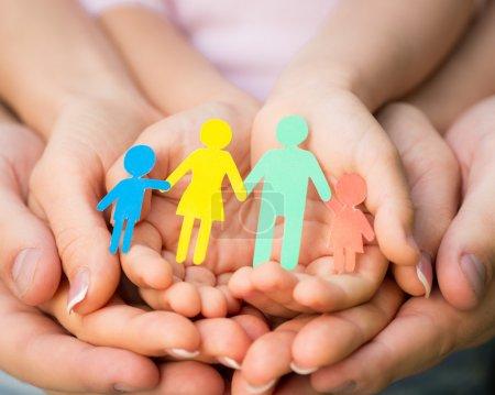 Photo pour Famille de papier en mains - image libre de droit
