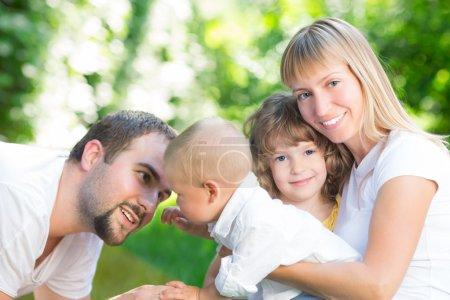 Photo pour Famille heureuse, s'amuser en plein air dans le parc de printemps vert - image libre de droit