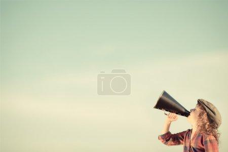 Photo pour Kid criant par mégaphone vintage. concept de communication. style rétro - image libre de droit