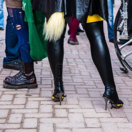 Photo pour Jambes de jeunes méconnaissables en costumes pittoresques dans la rue. tout comme à la cantina de star wars, - image libre de droit