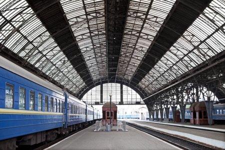 Photo pour Ancienne gare couverte avec trains - image libre de droit