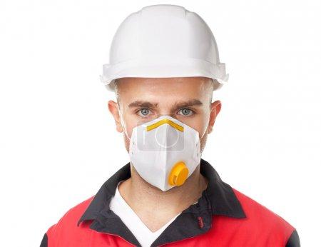 Photo pour Portrait de jeune travailleur portant un équipement de protection de sécurité isolé sur fond blanc - image libre de droit