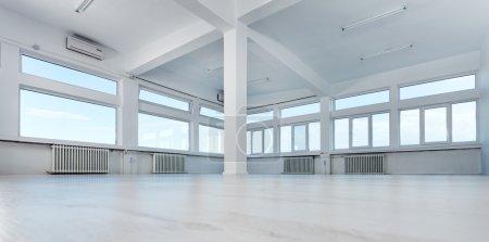 Photo pour Vide bureaux avec baie vitrée - image libre de droit
