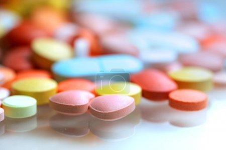Photo pour Gros plan des comprimés colorés - image libre de droit