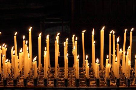 Photo pour Brûler des bougies dans une église - image libre de droit