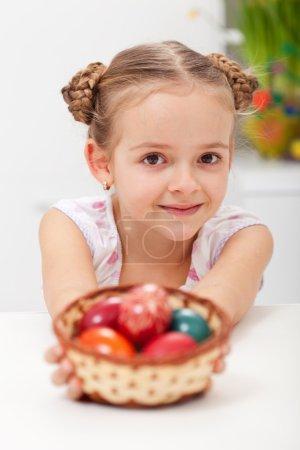 """Photo pour Petite fille avec panier plein d """"œufs de Pâques - gros plan - image libre de droit"""