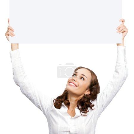 Photo pour Joyeux sourire jeune femme d'affaires montrant panneau vierge, isolé sur fond blanc - image libre de droit