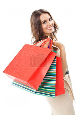 Photo pour Portrait de jeune femme souriante heureuse avec des sacs à provisions, isolé sur fond blanc - image libre de droit