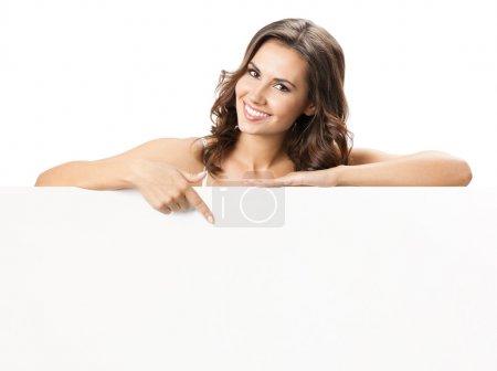 Photo pour Heureuse souriante belle jeune femme montrant le panneau blanc ou fond pour slogan ou texte, isolé sur fond blanc - image libre de droit