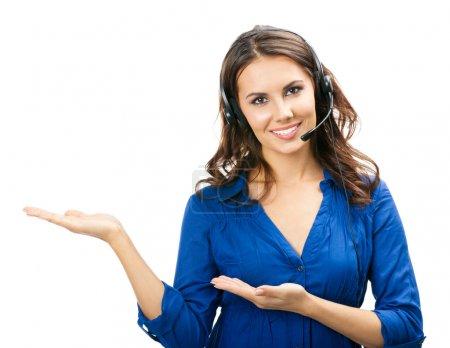 Photo pour Portrait de soutien de jeune joyeux souriant heureux Tél opérateur en casque montrant la zone de surface ou quelque chose, isolé sur fond blanc - image libre de droit