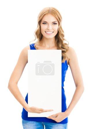Photo pour Heureuse jeune femme souriante montrant la Vierge enseigne, pancarte ou bannière, isolé sur fond blanc - image libre de droit