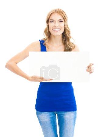 Photo pour Joyeux sourire jeune femme montrant panneau vierge, pancarte ou bannière, isolé sur fond blanc - image libre de droit