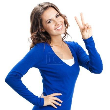 Foto de Feliz sonrisa hermosa joven mostrando dos dedos o gesto de victoria, aislado sobre fondo blanco - Imagen libre de derechos