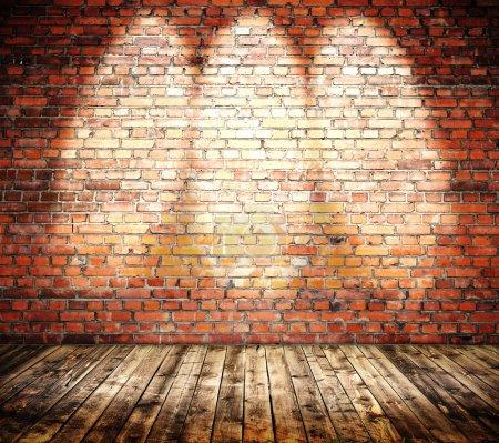 Photo pour Gras sol et mur de briques rouges - image libre de droit