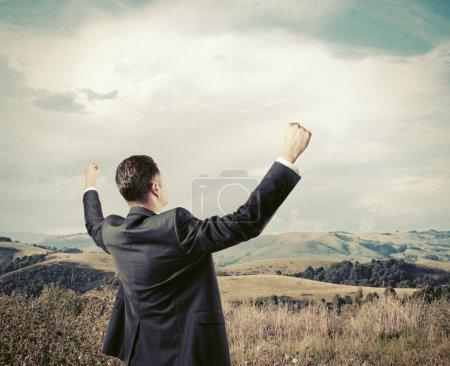Photo pour Homme d'affaires prospère sur fond de nature - image libre de droit