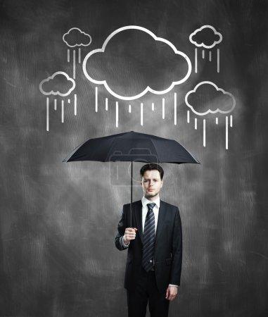 Photo pour Homme d'affaires avec parapluie et nuage de dessin - image libre de droit