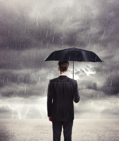 Foto de Hombre de negocios con paraguas en la lluvia - Imagen libre de derechos