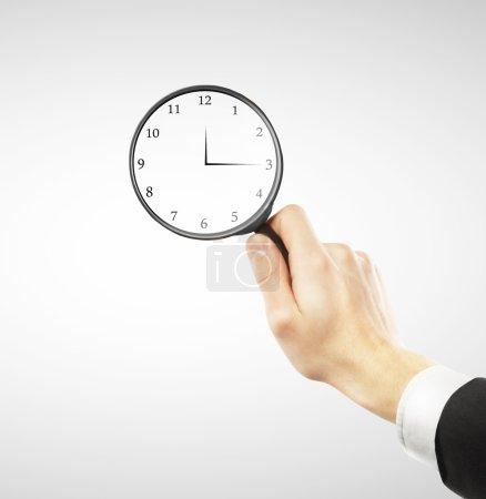 Photo pour Homme à la recherche de concept de temps - image libre de droit