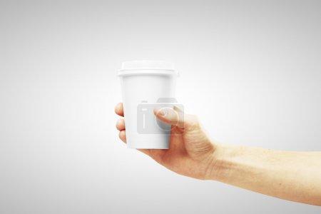 Photo pour Gobelet jetable de café à la main - image libre de droit