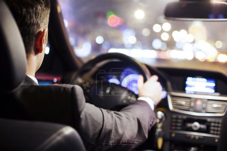 Photo pour Homme conduisant une voiture la nuit - image libre de droit