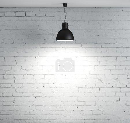 Foto de Pared de ladrillo y lámpara de techo - Imagen libre de derechos