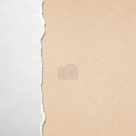 Photo pour Papier déchiré avec fond jaune - image libre de droit