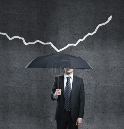 Photo pour Homme avec parapluie et flèche - image libre de droit