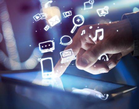 Photo pour Toucher la main tablette numérique, concept de médias sociaux - image libre de droit