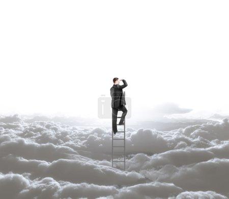 Photo pour Homme grimpant sur l'échelle et le ciel avec des nuages - image libre de droit