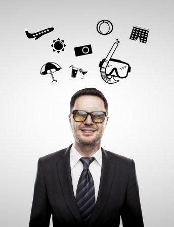 Photo pour Sourire homme d'affaires et les icônes de voyage au-dessus de la tête - image libre de droit
