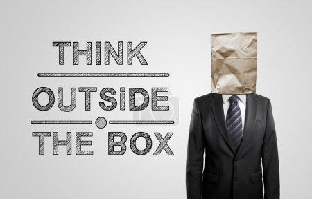 Photo pour Homme d'affaires avec sac en papier et dessin penser en dehors de la boîte - image libre de droit