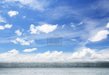 Photo pour Vue sur les nuages avec un toit en béton - image libre de droit