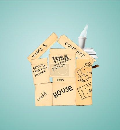 Photo pour Maison jaune construite de boîtes en carton - image libre de droit