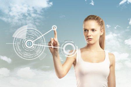 Photo pour Femme poussant l'interface du cercle à l'écran - image libre de droit
