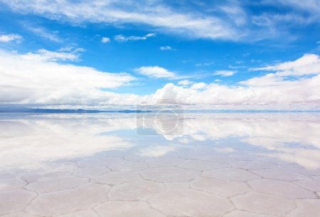 Photo pour Panorama de la surface réfléchissante du lac Salar de Uyuni, Bolivie - image libre de droit