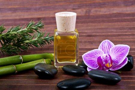 Photo pour Huile aromatique bouteille massage - image libre de droit