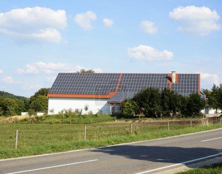 Photo pour Grange d'une ferme avec des panneaux solaires sur le toit - image libre de droit