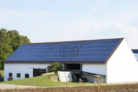 Foto de Granero de una granja con paneles solares en el techo - Imagen libre de derechos