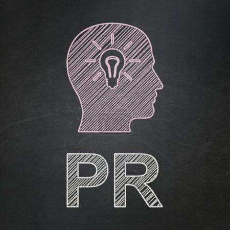 Marketingkonzept: Kopf mit Glühbirne und PR auf Tafelhintergrund