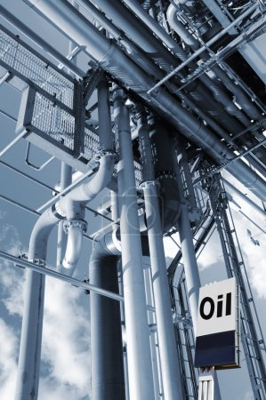 Photo pour Construction de grands pipelines avec panneau d'information pétrolière, comme on le voit à l'intérieur de la raffinerie - image libre de droit