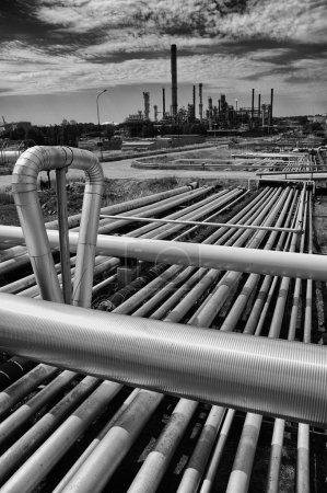 Photo pour Construction de grands pipelines menant à une raffinerie de pétrole et de gaz - image libre de droit