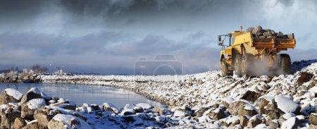 Photo pour Camionnette lourde conduisant dans des conditions enneigées, rochers et glace . - image libre de droit