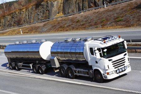 Photo pour Grand camion-citerne sur autoroute, vue latérale et pas de marques déposées - image libre de droit