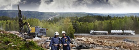 Photo pour Deux ingénieurs civils avec des machines de forage pour les actions de grenaillage, l'industrie de la construction et les travaux routiers - image libre de droit