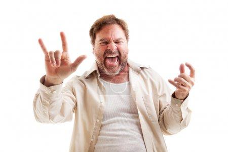 Photo pour Homme d'âge moyen des roches à jouer de la guitare de l'air et en faisant le symbole du rock-n-roll. isolé sur blanc. - image libre de droit