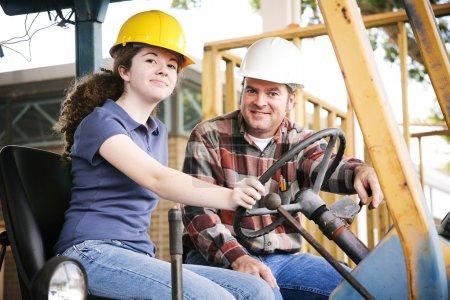 Photo pour Enseignant professionnel enseignant à un jeune apprenti en construction comment conduire un équipement lourd . - image libre de droit