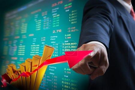 Geschäftsleute zeigen auf Grafik des Aktienmarktes