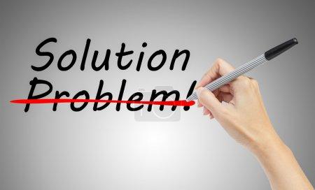 la main de dessin et biffant du problème et trouver la solution
