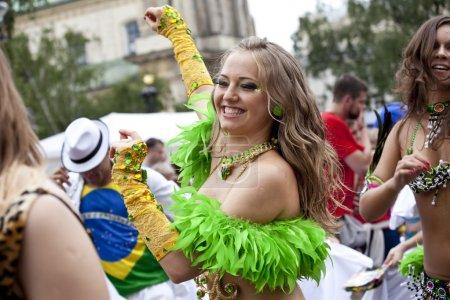 Photo pour Varsovie, 26 août, 2012,-carnaval danseurs et musiciens multiculturels défilé rue de Varsovie - image libre de droit